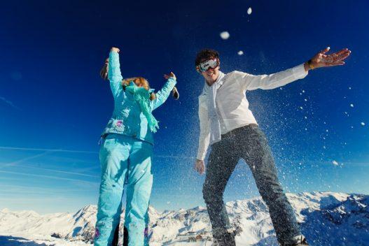 Kvinde og mand i skidragt